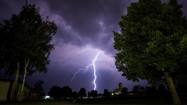 Blitze sind in der Nacht zum 20.07.2017 in Hassfurt (Bayern) zu sehen