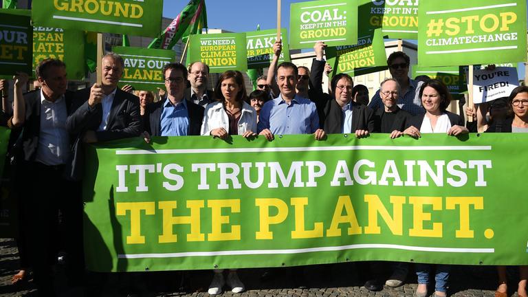 Grüne bei Protestaktion gegen Trump und für Klimaschutz