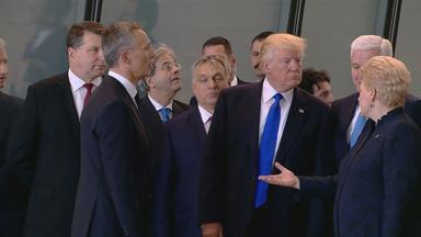 Donald Trump zwischen Regierungschefs