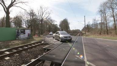 Autos fahren über Bahnübergang in Brandenburg/Havel