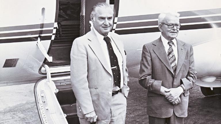 Hans von Ohain und Frank Whittle vor Flugzeug