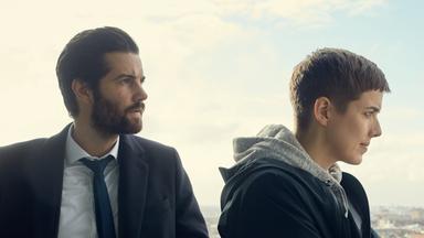 Hard Sun - Neue Mini-thrillerserie Im Zdf - Hard Sun - Teil 1 In Der Zdfmediathek In Deutscher Und Englischer Sprache
