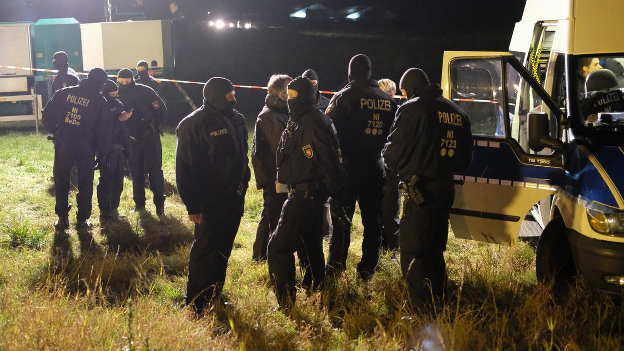 Polizei verhindert massenschl gerei vor niedersachsen derby zdfmediathek for Baumarkt hildesheim