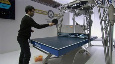 Roboter spielt gegen Menschen Tischtennis.