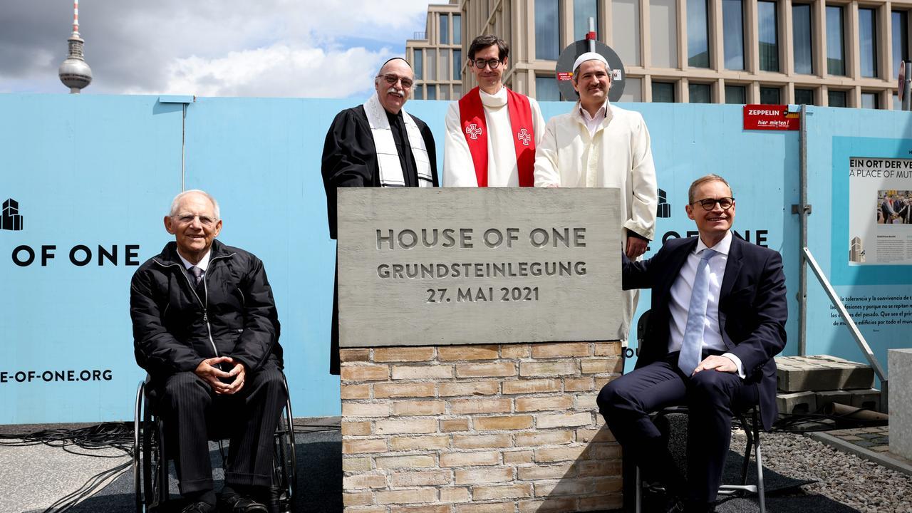 """Grundsteinlegung """"House of One"""": Drei Religionen unter einem Dach - ZDFheute"""