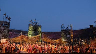 "Totale auf die Bühne von ""Il Trovatore"" in der Arena di Verona."