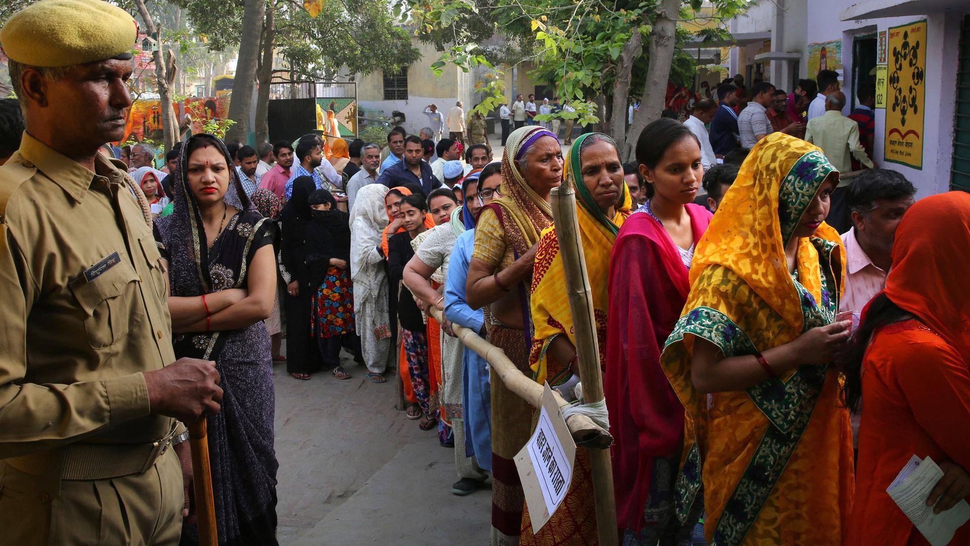 Menschen warten vor einem Wahllokal in Indien, aufgenommen am 14.04.2019 in Ghaziabad, Indien