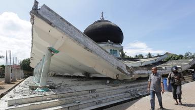 Ein eingestürzter Tempel nach dem Erdbeben. Weil alle tragenden Säulen eingeknickt sind, ist das Dach in sich zusammengesackt.