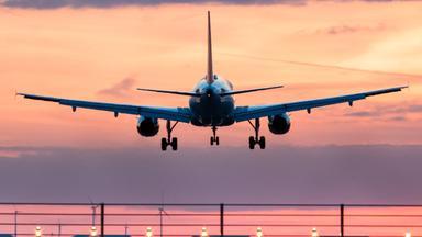 Ein Flugzeug landet am Flughafen Nürnberg