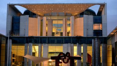Das Archivbild zeigt das hell erleuchtete Kanzleramt in Berlin.