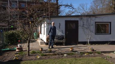 Kleingärtner auf seiner Parzelle im Kleingartenverein Erlengrund in Rostock