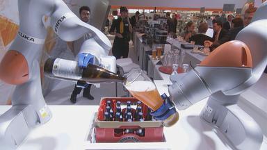 Roboter schenkt Bier aus.