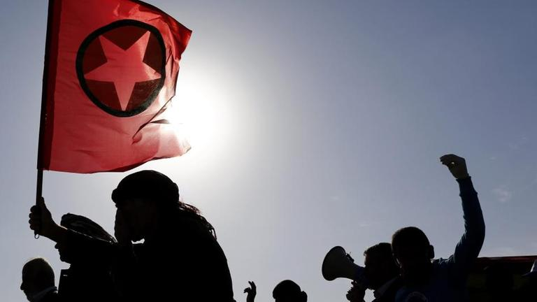 Kurden mit Flagge der türkischen PKK