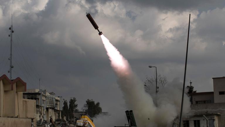 Kaempfer der schnellen Eingreiftruppe der irakischen Bundespolizei feuern eine Rakete auf Stellungen der Terrormiliz Islamischer Staat (IS)
