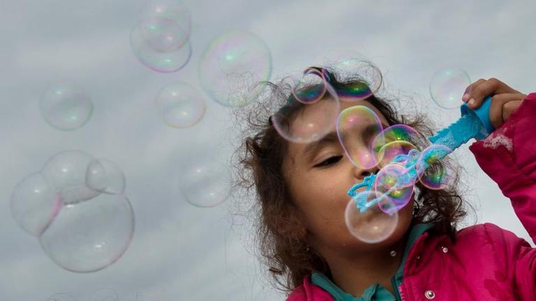 Mädchen mit Seifenblasen.