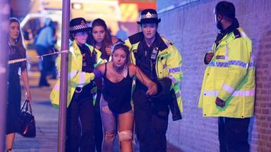 Helfer transportieren eine am Bein verletzte Teenagerin