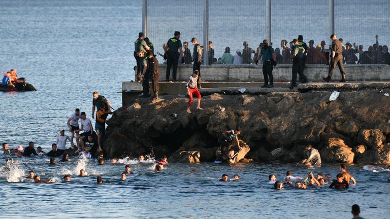 Marokko: Tausende Migranten schwimmen zu Exklave Ceuta - ZDFheute