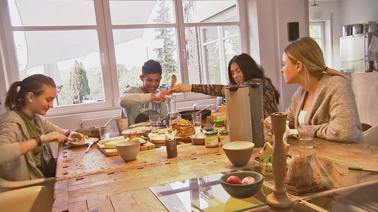 Mohamad am Frühstückstisch mit Mutter Katharina und den beiden Schwestern Anna und Mila.