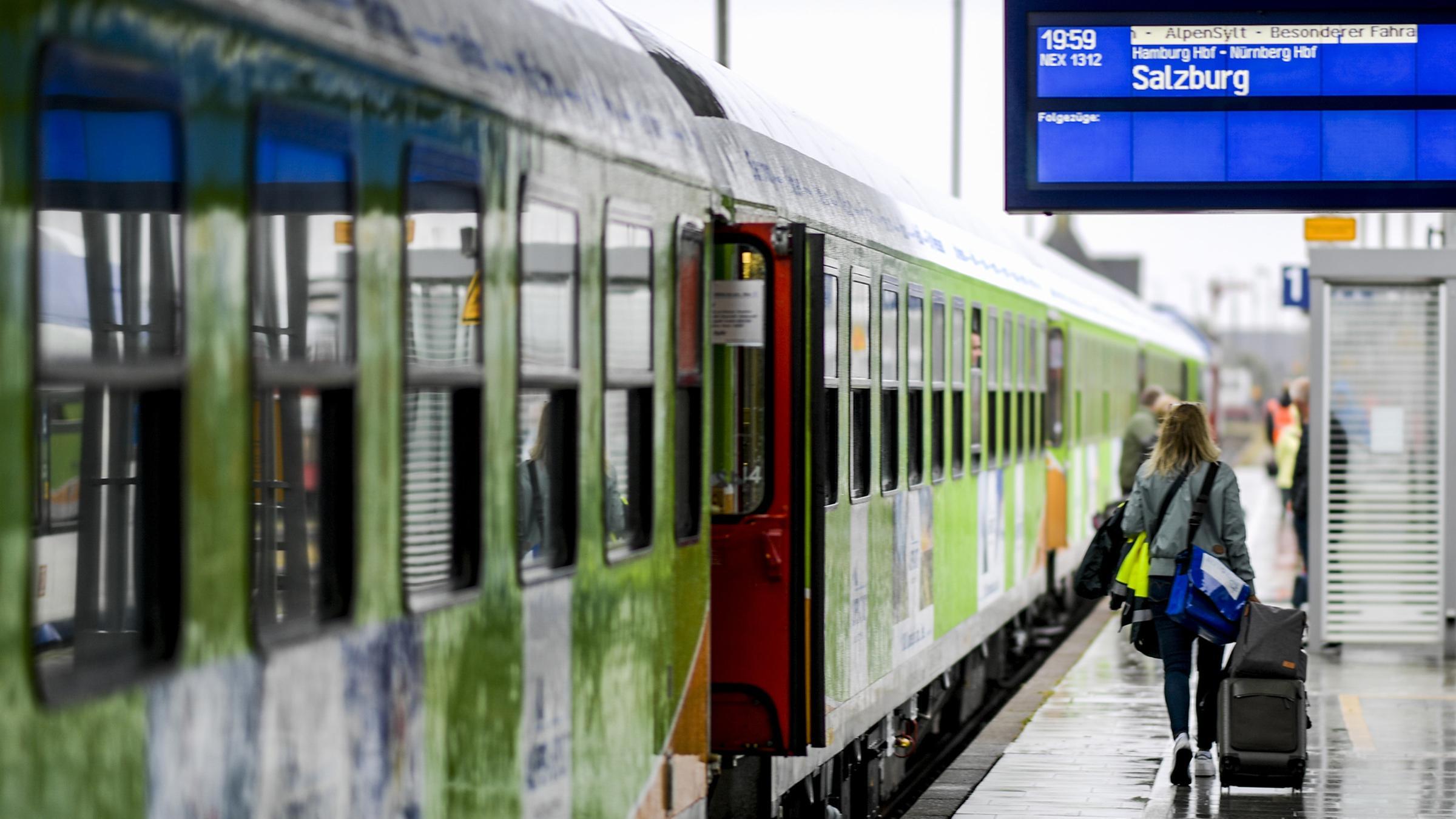 Fahrgäste des neuen Alpen-Sylt-Nachtexpress von Sylt nach Salzburg des Bahnanbieters RDC laufen kurz vor der Abfahrt des Zuges über den Bahnsteig am 04.07.2020 in Westerland.