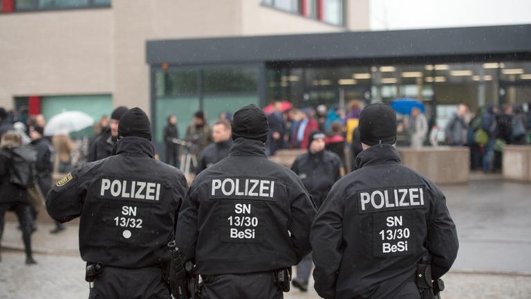 Polizisten und Zuschauer vor dem Oberlandesgericht Dresden