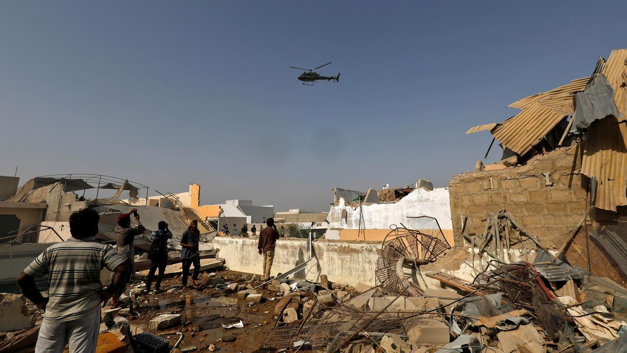 Pakistan 107 Menschen Sterben Bei Flugzeugabsturz Zdfheute