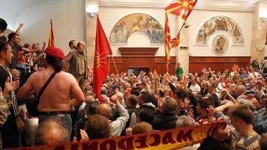Anhänger des abgewählten langjährigen Regierungschefs Gruevski haben das Parlamentsgebäude in Skopje gestürmt.