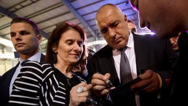 Der Vorsitzende der bulgarischen Mitte-Rechts-Partei Gerb, Borissow, gibt einer Partei-Anhängerin ein Autogramm.