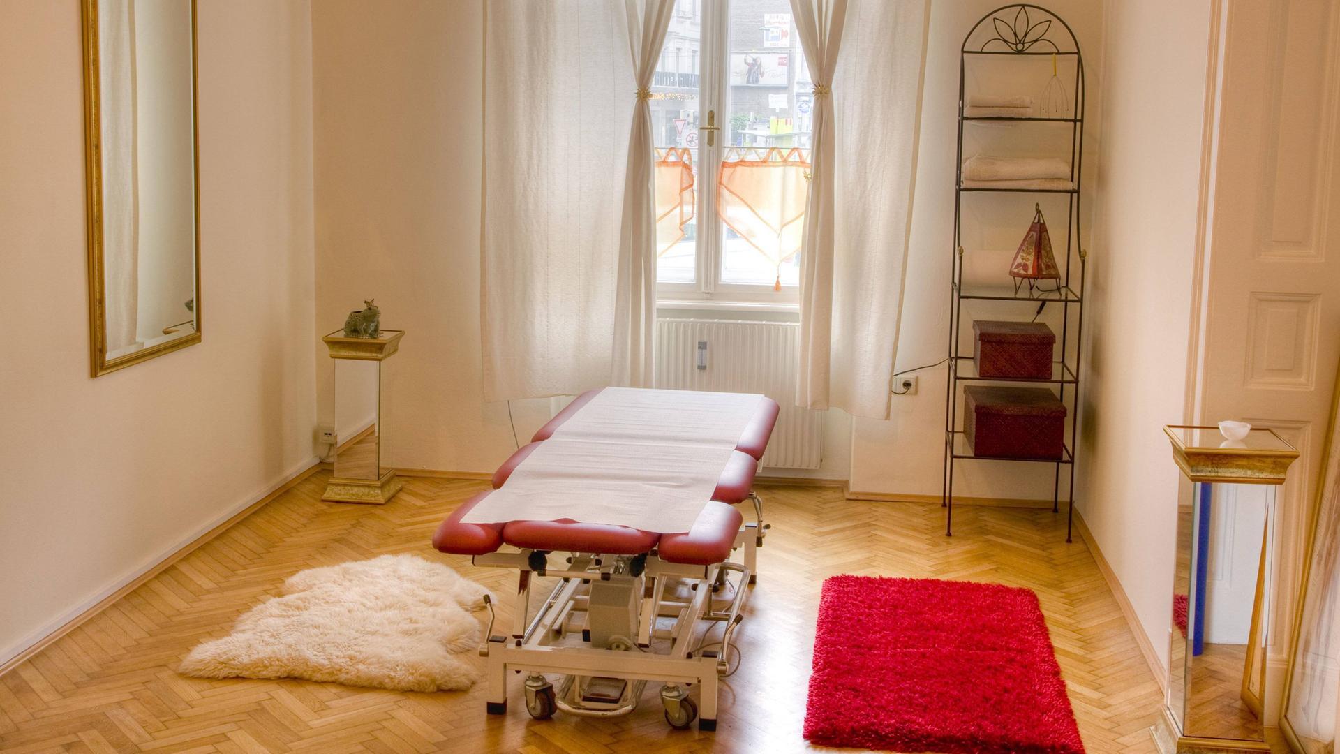 Therapieraum mit Massagebett