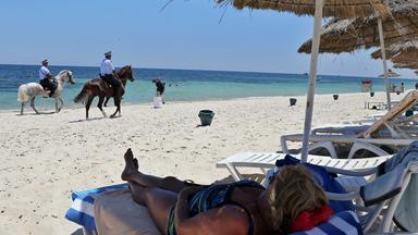 Polizei am Strand in Tunesien