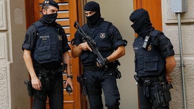 Polizibeamte sichern ein Gebäude in Ripoll, nördlich von Barcelona, aufgenommen am 18.08.2017