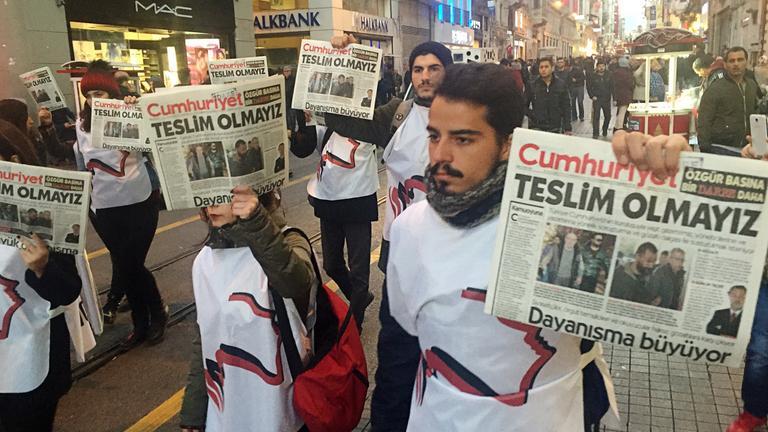 Demonstration gegen die Festnahme von Angestellten der Zeitschrift Cumhuriyet