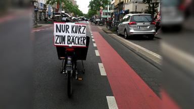 Fahrrad parkt auf Straße