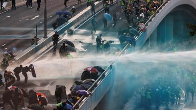 Polizei beendet verbotenen Marsch gewaltsam
