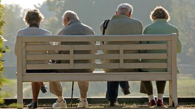 Rentner sitzen auf einer Bank