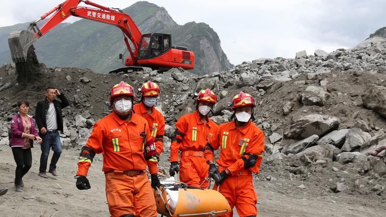 Rettungskräfte in Xinmo