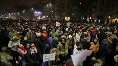 Zehntausende Menschen auf den Straßen Rumäniens protestieren gegen die Regierung.