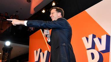 Ministerpräsident Rutte feiert den Sieg seiner Partei bei den niederländischen Parlamentswahlen.
