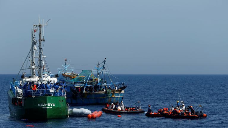 Bei einer Rettungsaktion auf dem Mittelmeer geraten zwei Schiffe in Seenot.