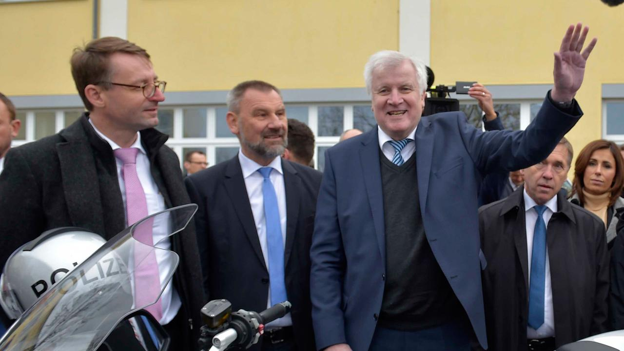 Bundesinnenminister: Seehofer kündigt Rücktritt als CSU-Chef an - ZDFmediathek