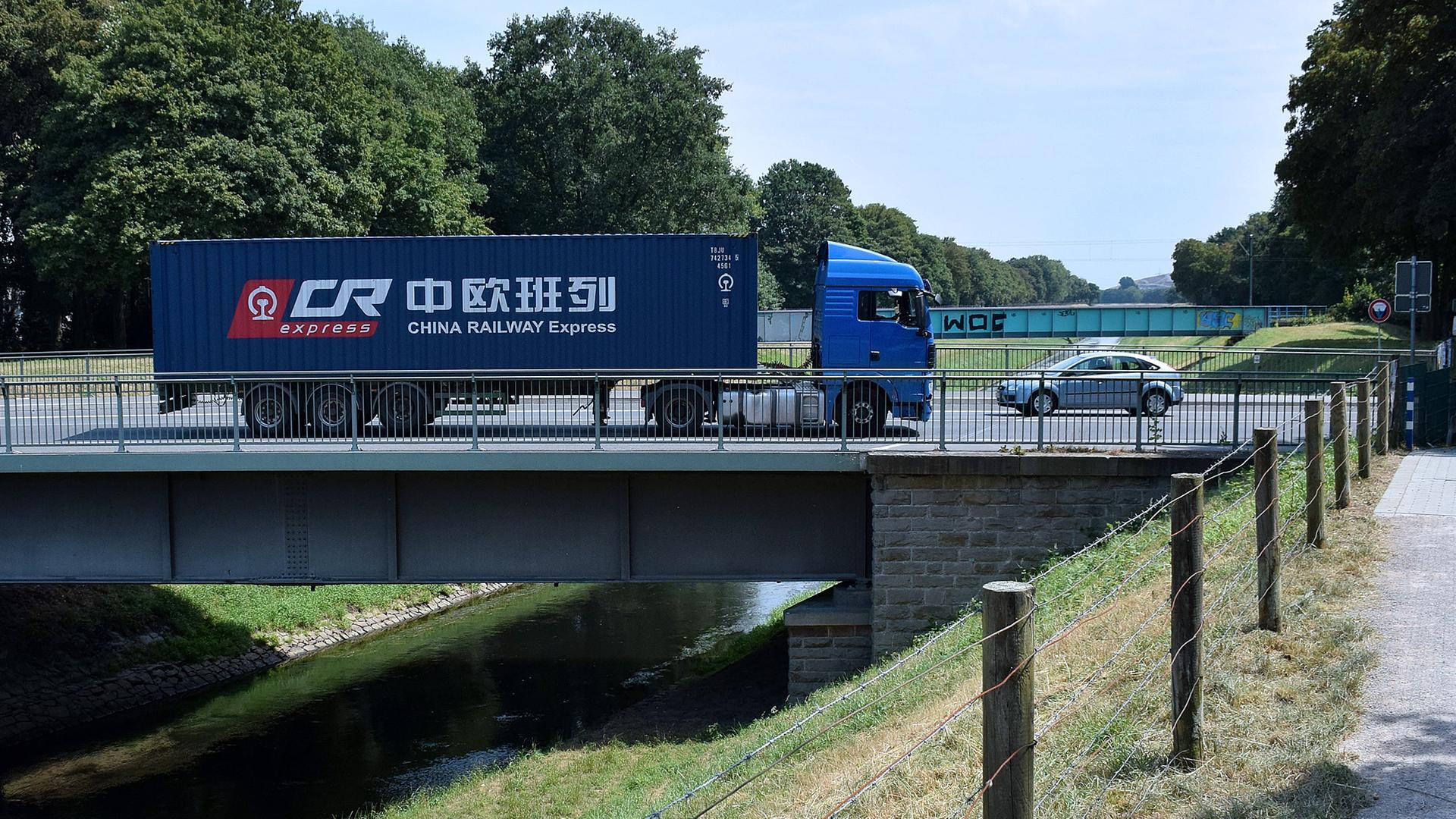 Archiv: Container von China Railway Express unterwegs mit einem LKW am 04.07.2018 in Dinslaken