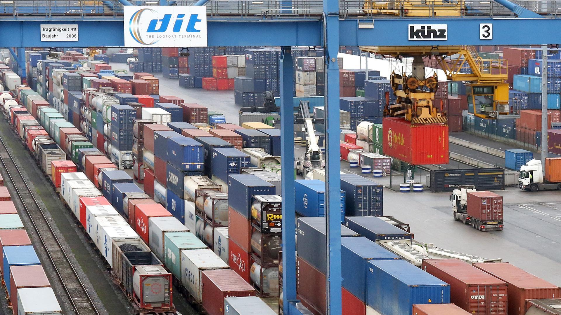 Archiv: Container des trimodalen Containerterminals stehen im Duisburger Hafen neben einem Zug aus China