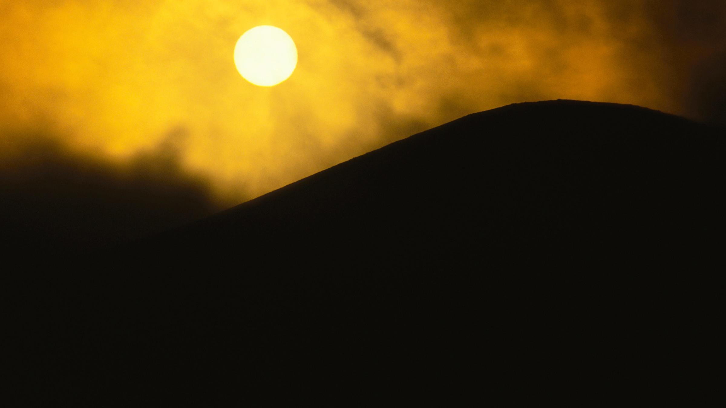 Sonne und vulkanische Flamme über Hawaii