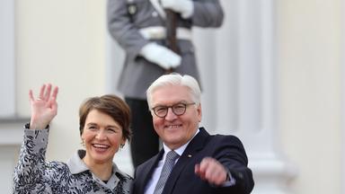 der neue bundespraesident frank-walter steinmeier und seine frau elke buedenbender stehen am 22.03.2017 winkend vor schloss bellevue in berlin