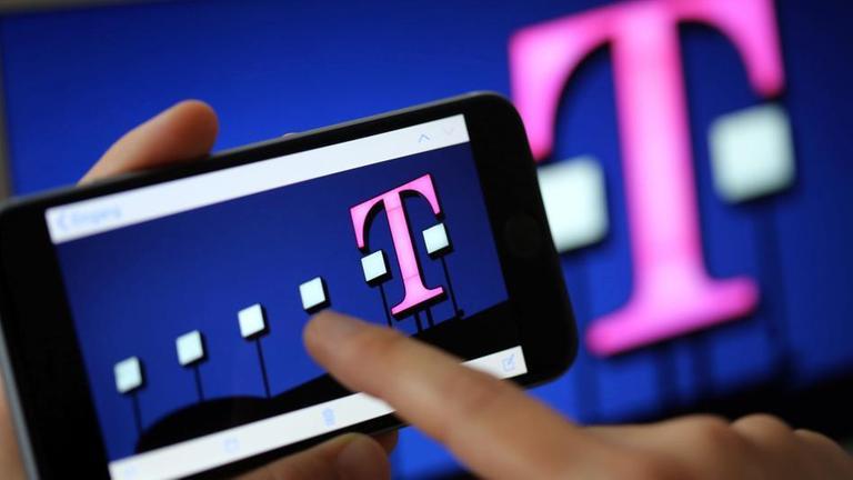 Telekom-Logo auf Handy.