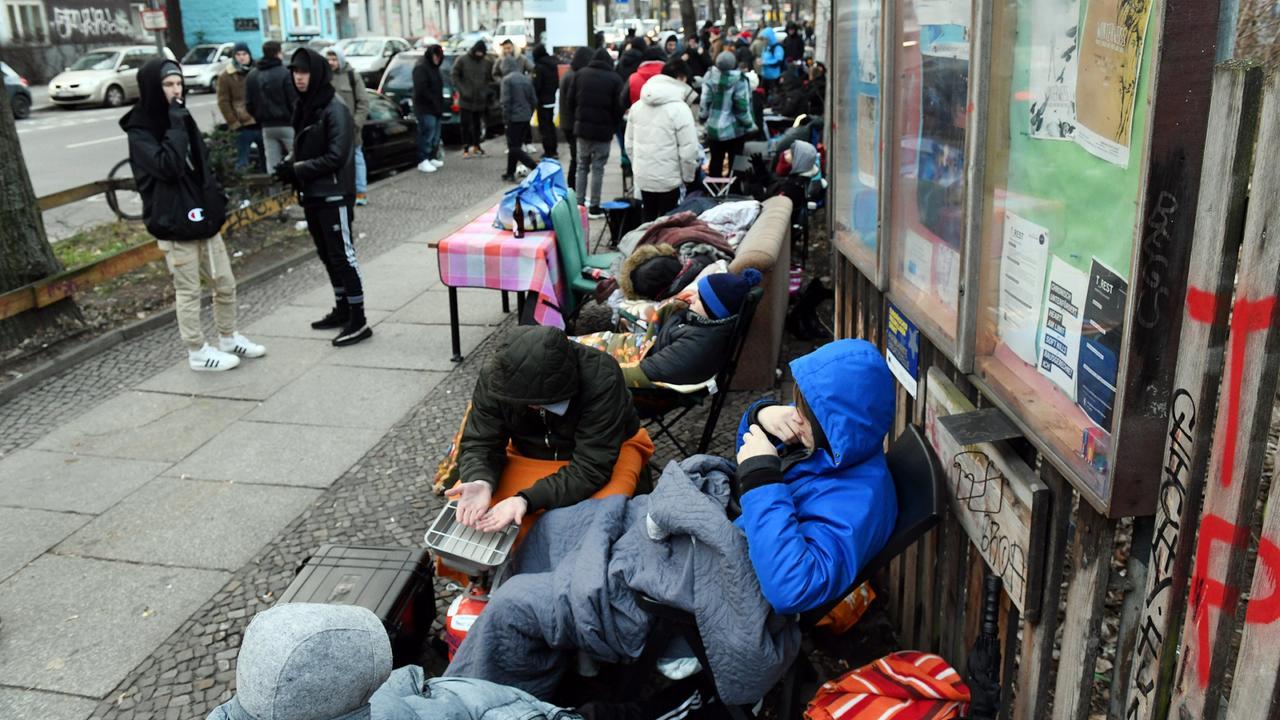 Fans Laden Berliner Und Mit Sneaker Bus Bahn Ticket Campieren Vor RUqX1