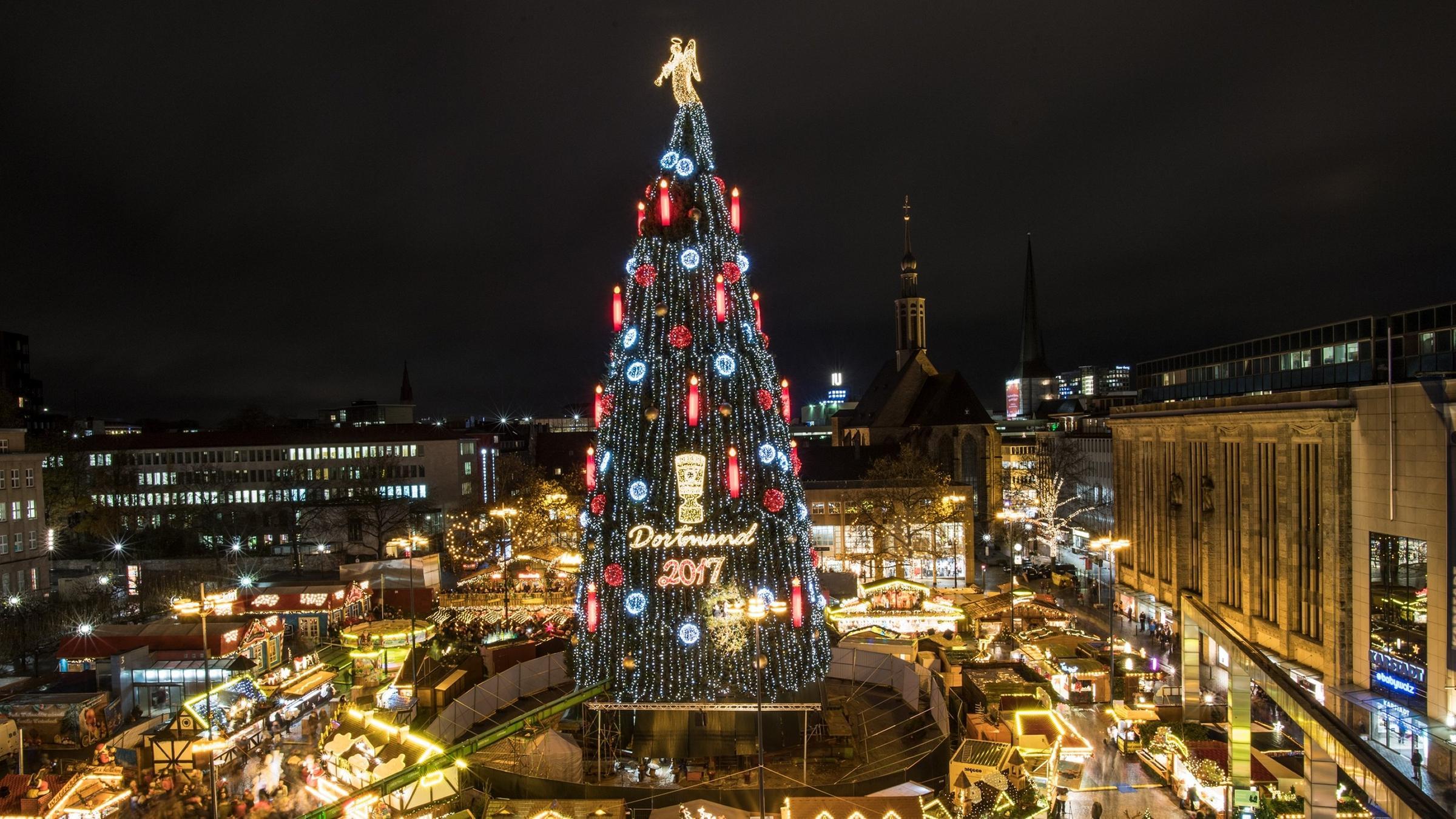 Größter Tannenbaum Deutschlands.Auf Dortmunder Weihnachtsmarkt Weltweit Größter Weihnachtsbaum