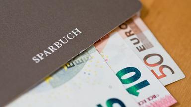 Prüfung von Negativzinsen: Besserer Schutz für Kleinsparer?