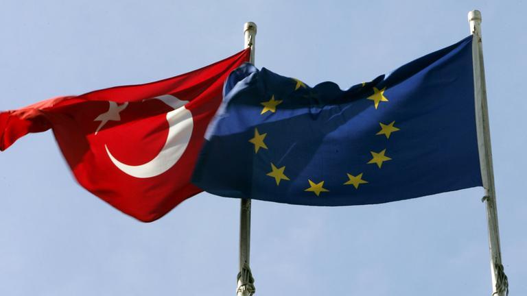 Türkische und EU-Flagge.