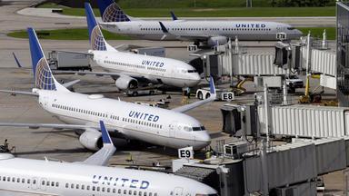Vier Flugzeuge der Airline United Airline stehen auf einem Rollfeld in Houston.