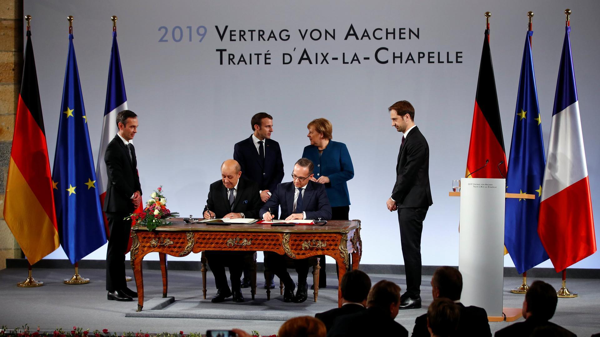 Historischer Akt In Aachen Merkel Und Macron Unterzeichnen Neuen